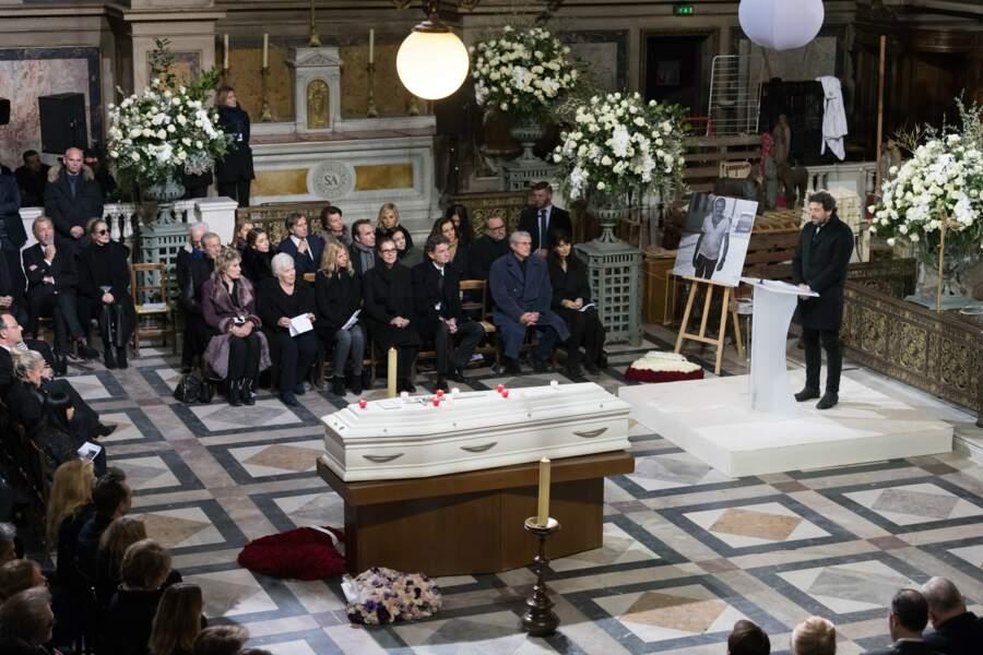 En plein cœur de la Madeleine, le cercueil blanc et majestueux de Johnny Hallyday, semblable à celui d'Elvis