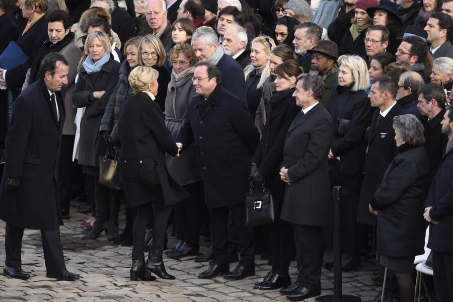 Brigitte Macron salue François Hollande lors de la cérémonie d'hommage national à Jean d'Ormesson aux Invalides
