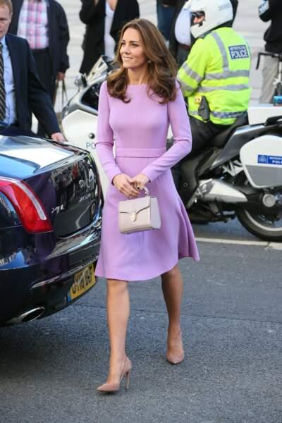 Kate Middleton ravissante pour son retour de congé maternité : robe près du corps, escarpins nude et cheveux miel