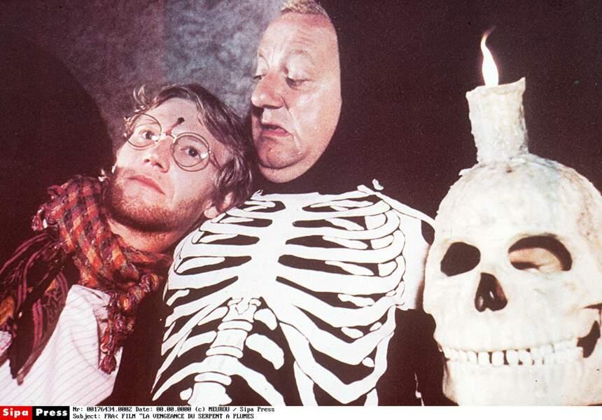 Coluche en costume de squelette
