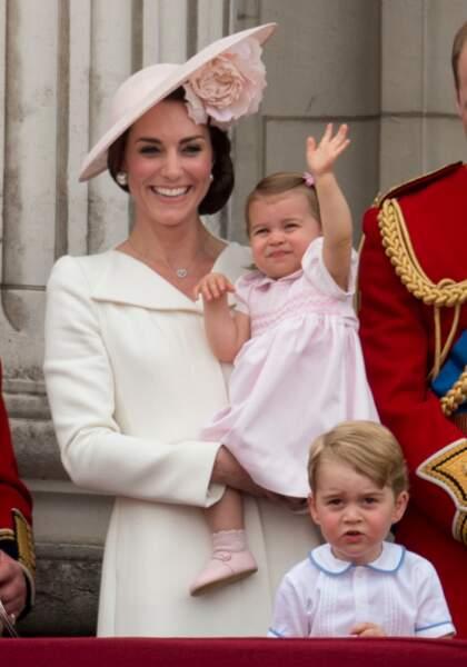 Charlotte est en robe rose, Kate a donc opté pour un bibi de la même couleur
