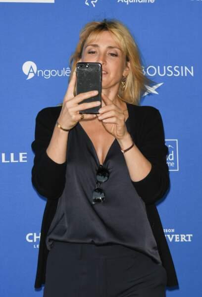 Julie Gayet ne tenait pas en place devant les photographes au festival d'Angoulême