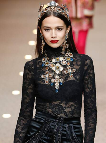 Le maxi diadème façon madone comme sur le défilé Dolce and Gabbana 2018
