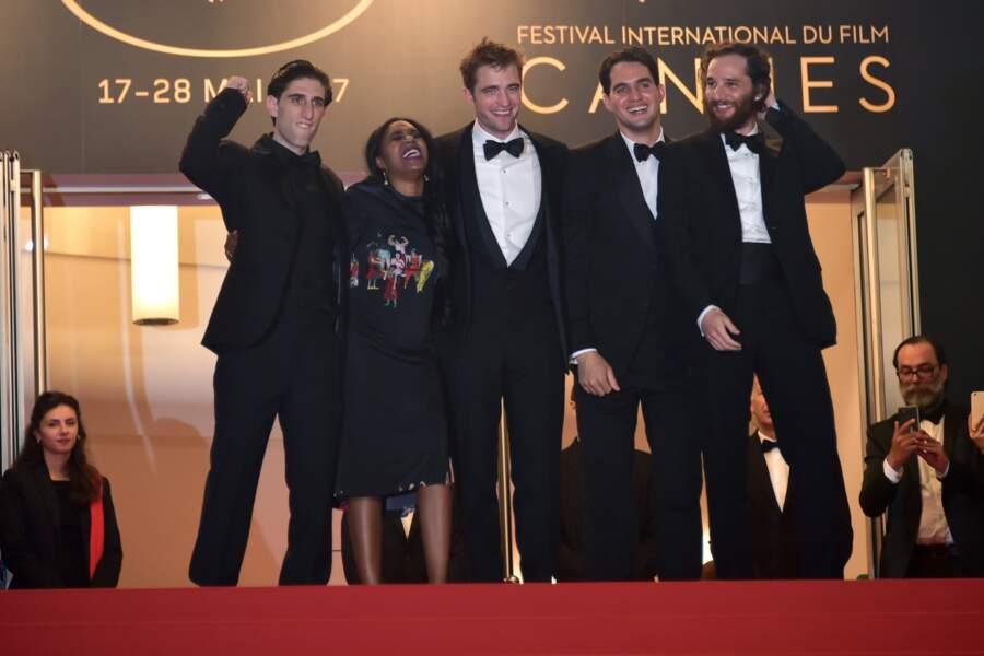 En habitué des marches, Robert Pattinson détend l'équipe du film