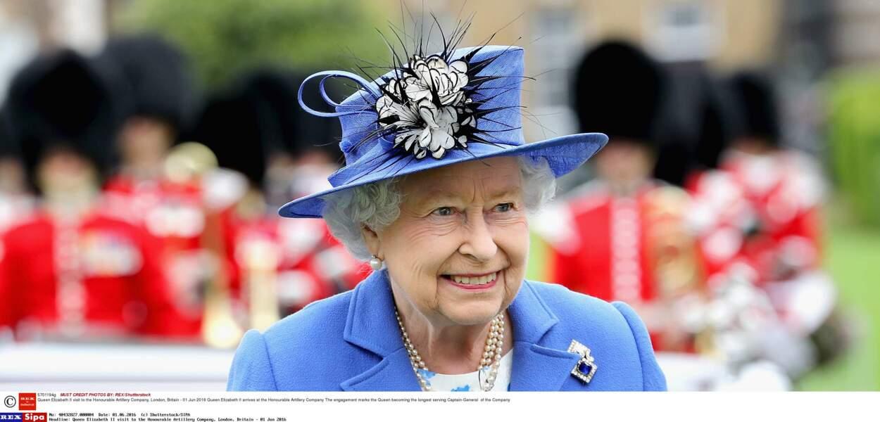 Le bleu myosotis va tellement bien au teint de Sa Majesté
