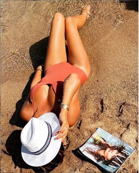 Karine Ferri adore se faire dorer sur la plage