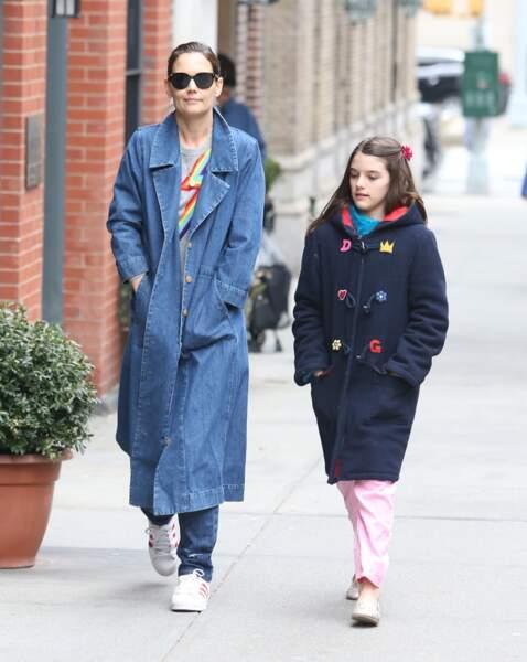 Chevelure brune, yeux bleus et mâchoire volontaire, la jeune Suri ressemble de plus en plus à son père Tom Cruise