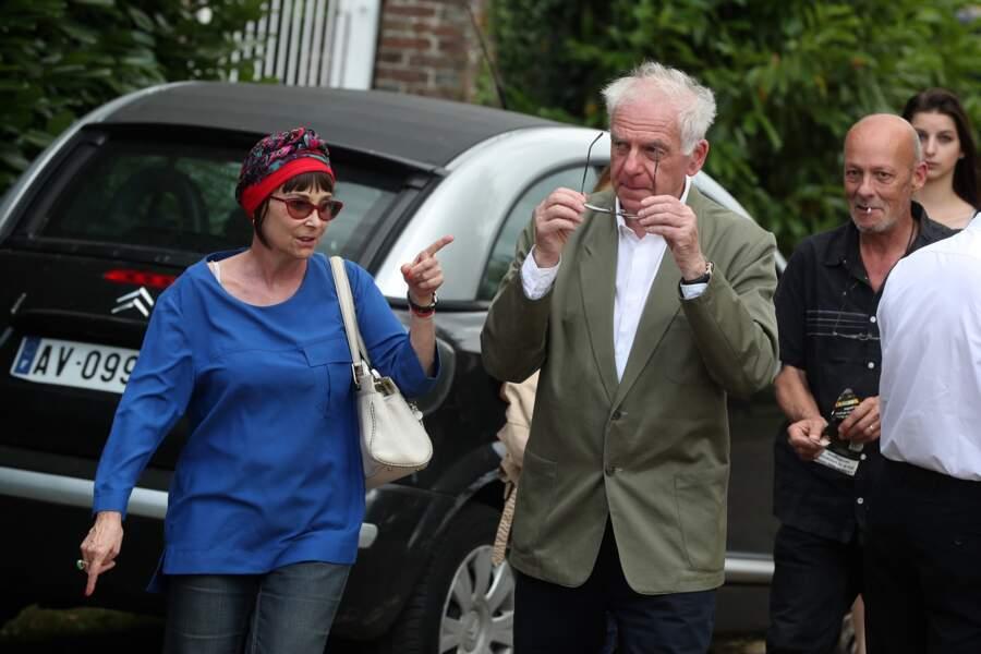 Ariane arrive avec Jacky aux obsèques de François Corbier au cimetière de Serez, le 5 juillet 2018.