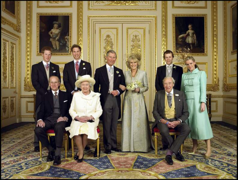 Laura et Tom Parker-Bowles ont le droit de poser avec leur mère Camilla, enfin mariée à Charles, en avril 2005.
