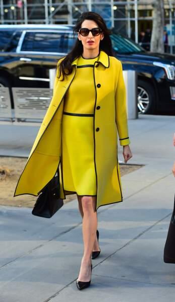 Amal Clooney enceinte s'amuse avec des couleurs flashy comme ce jaune fluo