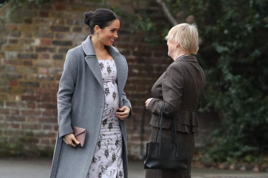 Meghan Markle affiche son baby-bump dans une robe blanche  fleurie signée Soia and Kyo