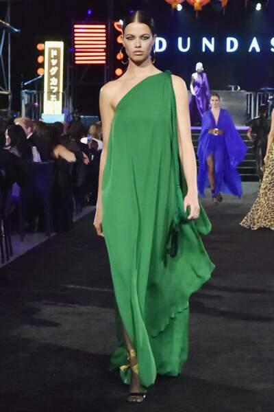 Dundas D7 joue l'asymétrique pour une robe verte, sculpturale.