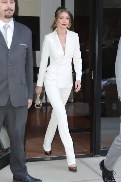 Bella Hadid se distingue par son élégance dans ce costume féminin total blanc.