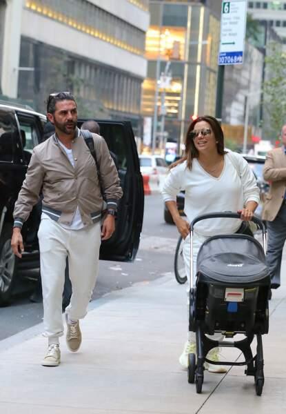 Eva Longoria et son mari José Baston à New York avec leur fils Santiago, né le 19 juin 2018