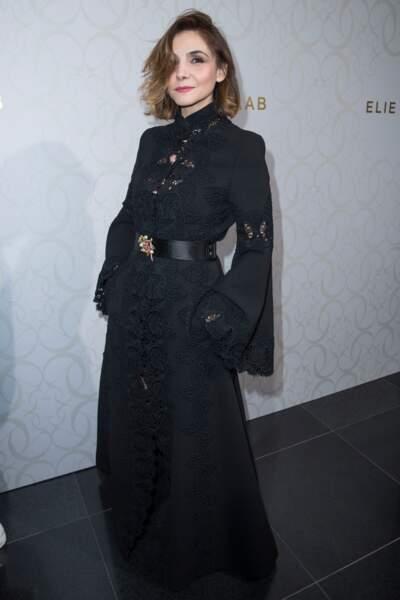 Clotilde Courau très chic en lunettes noires et tenue en dentelle chez Elie Saab