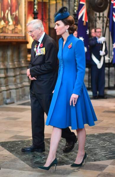 Kate Middleton radieuse  avec un joli bibi assorti à son manteau Catherine Walker