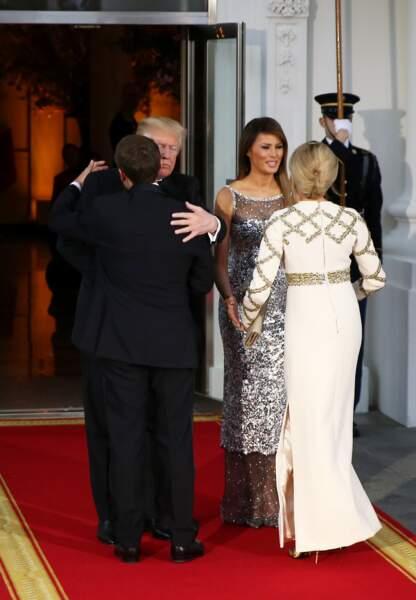 Brigitte Macron en robe longue à sequins dorés signée Louis Vuitton très complice avec son mari