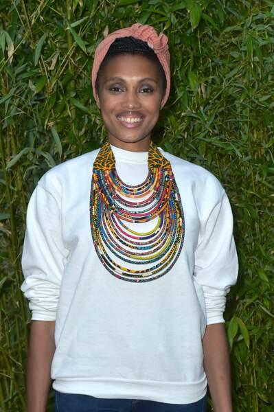 Imany enroule ses longueurs afro dans un foulard.