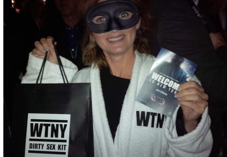 La journaliste Annabelle Millot pose avec son Dirty sex Kit