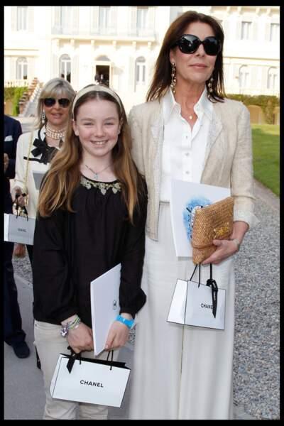 Alexandra de Hanovre et sa mère Caroline assistant au défilé Croisière de Chanel le 9 mai 2011