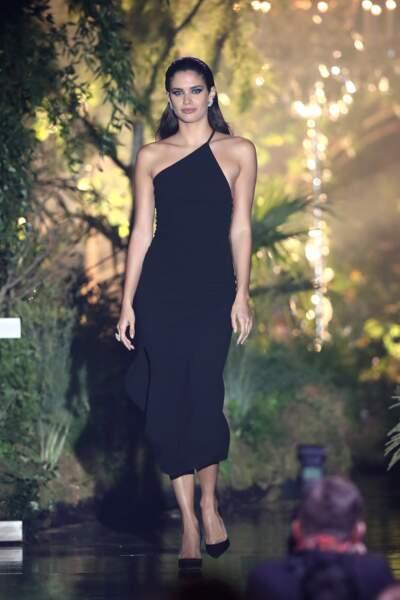 Sara Sampaio sublime en robe asymétrique