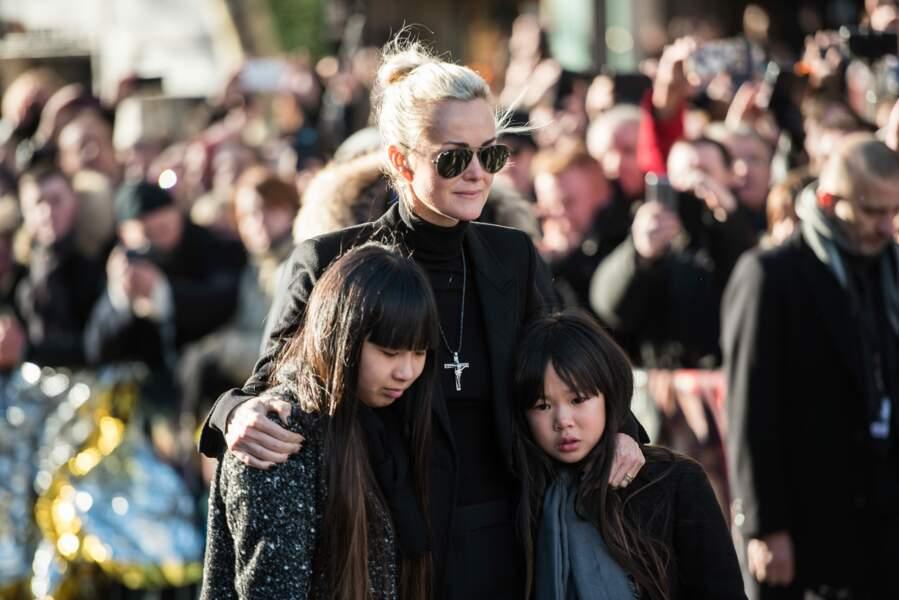 Laeticia Hallyday tente de rester dignes avec se filles à ses côtés lors de l'hommage populaire rendu à Johnny