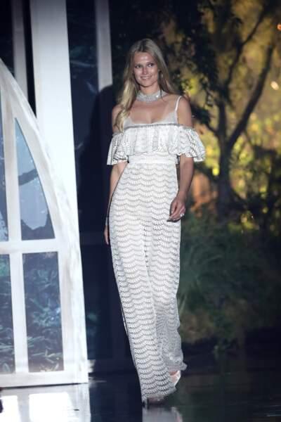 Toni Garrn en jolie combinaison décolletée