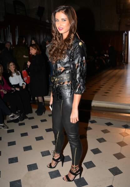 Présente au défilé Tony Ward, Malika Ménard a fait sensation avec une tenue en cuir chic et sexy à la fois.