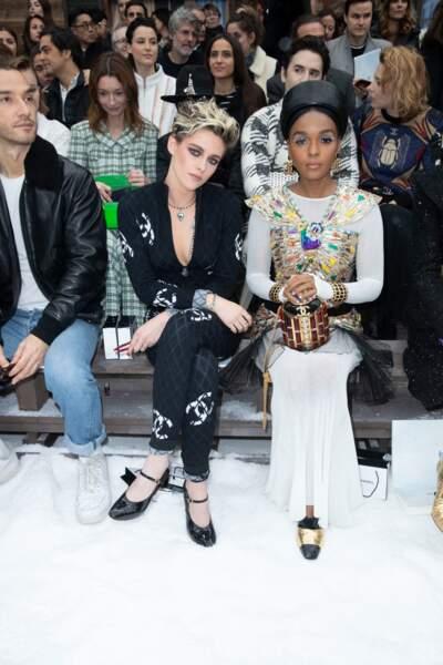 Kristen Stewart était assise à côté de l'artiste Janelle Monae, toutes deux habillées en Chanel.