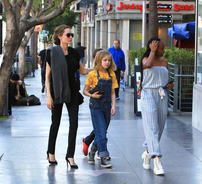 Angelina Jolie en ballade avec trois de ses enfants à Los Angeles : Zahara, Knox et Vivienne.