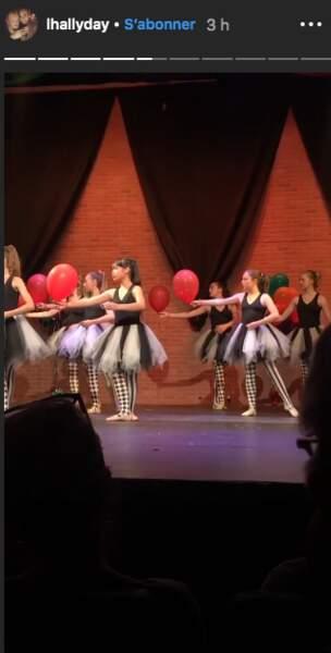 Joy Hallyday est sur scène pour son spectacle de danse.