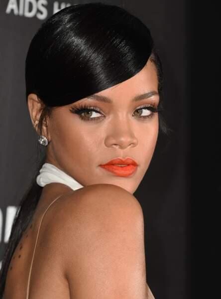 La mèche longue sur queue de cheval comme Rihanna