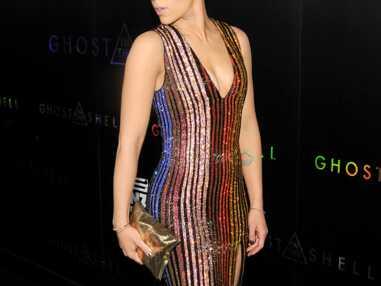 Look - Scarlett Johansson tente les rayures paillettées en Balmain