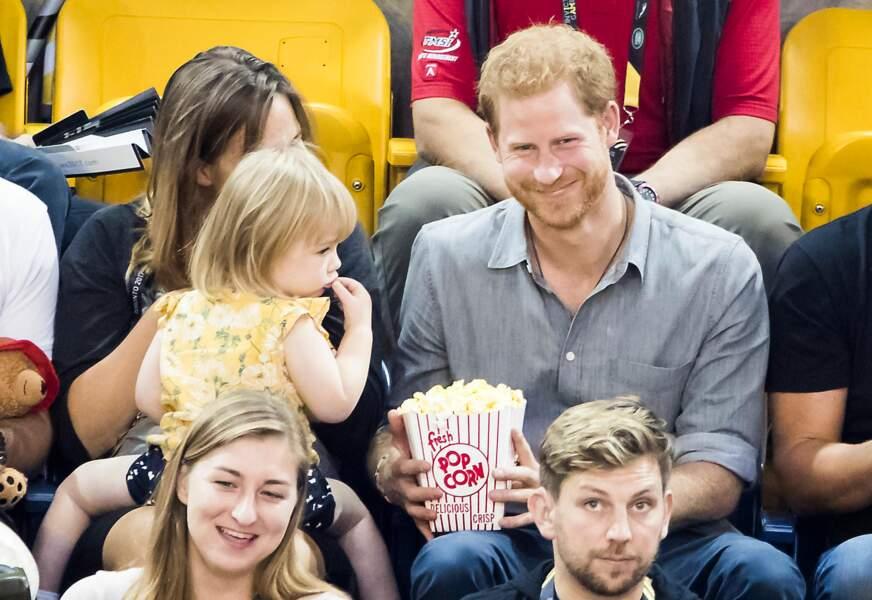 Le prince Harry joue avec une petite fille lors des Invictus Games