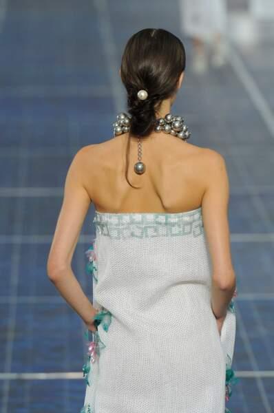 Un chignon haut perlé façon Chanel