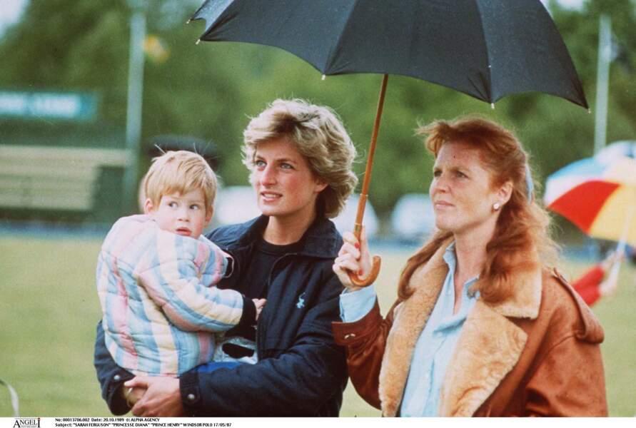 Lady Diana, portant le prince Harry dans ses bras, avec Sarah Ferguson lors d'une partie de polo à Windsor, en 1987