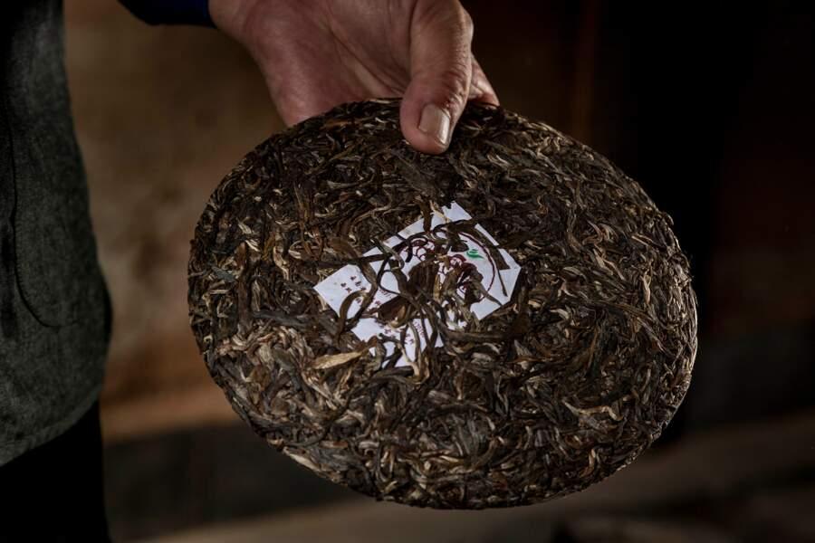 Le thé Pu-Er est séché puis compressé dans des galettes pour fermenter et mieux vieillir comme le bon vin.