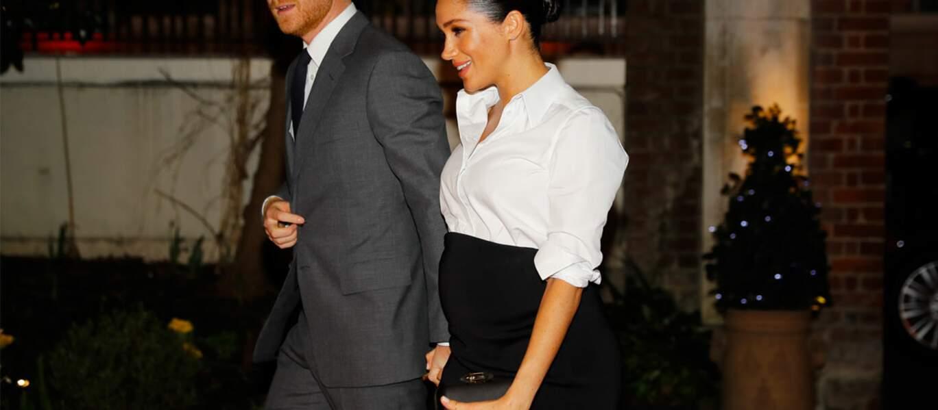 Meghan Markle porte une pochette Givenchy, comme elle le fait souvent.