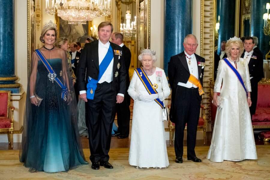 Coiffée d'une tiare pour recevoir le roi et la reine des Pays-Bas, à Buckingham, le 23 octobre 2018.