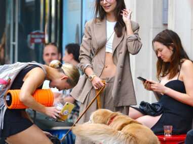 PHOTOS - Emily Ratajkowski affiche ses abdos en total look beige à New York