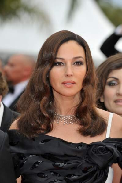 Des ondulations de sirène et un couleur plus claire pour Monica Bellucci en 2008 lors de la montée des marches pour le 61e Festival du Film de Cannes