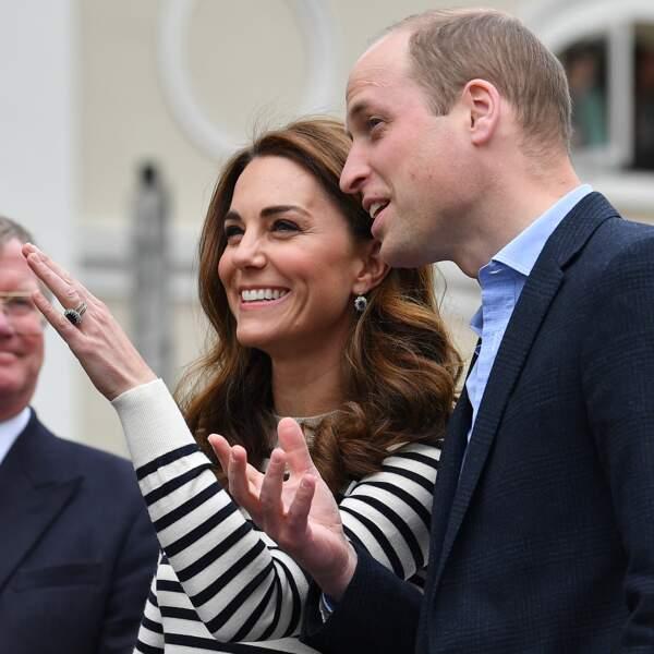 Kate Middleton tour sourire et les cheveux très ondulés au naturel