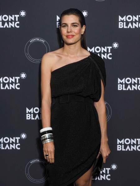 Charlotte Casiraghi est adepte du wet hair et des robes asymétriques comme cette tenue Saint Laurent Paris