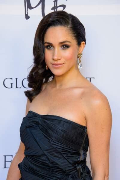 Larges boucles et chevelure sur le côté, Meghan Markle opte pour un look rétro chic au Global Gift Gala en 2013