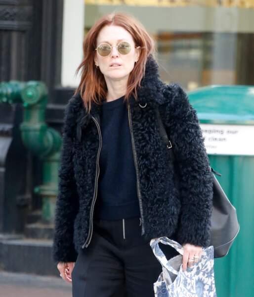 En balade à Soho, Julianne Moore a son astuce pour camoufler les rides de la patte d'oie : des lunettes de soleil