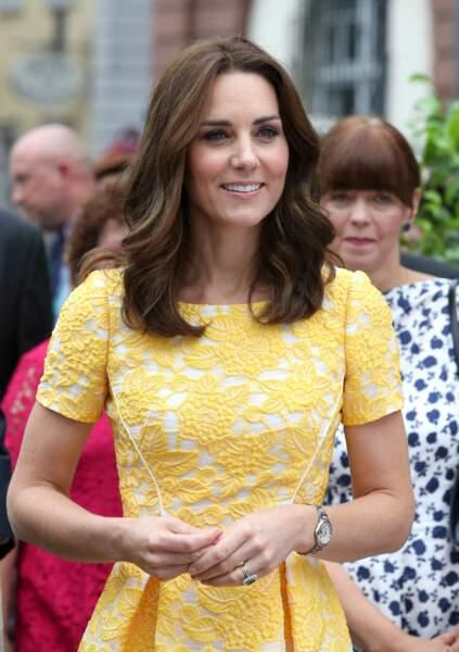 Kate Middleton un visage éclairé par de jolis reflets clairs pour sa visite en Allemagne