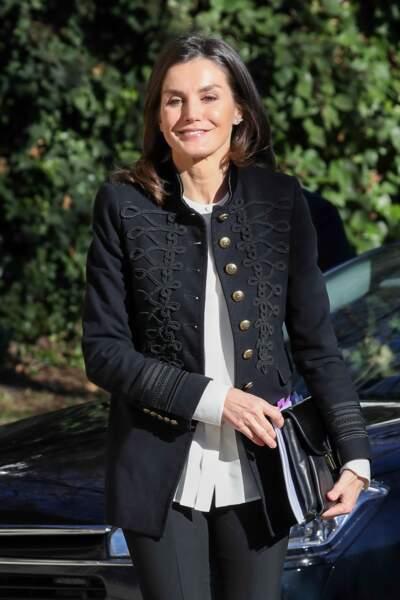 La reine Letizia d'Espagne très working girl avec sa chemise blanche et sa chemise d'officier