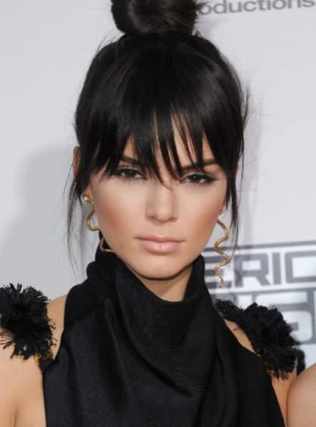 La frange sur les yeux de Kendall Jenner