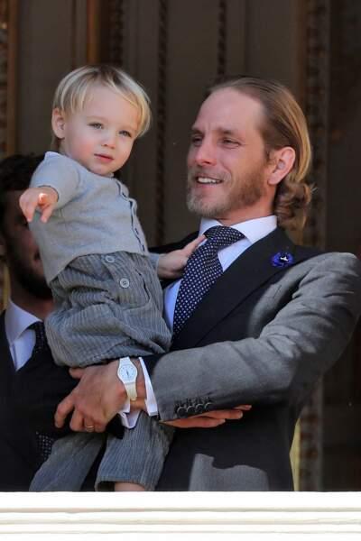 Andrea Casiraghi looké avec les cheveux longs et en costume avec son neveu Stefano