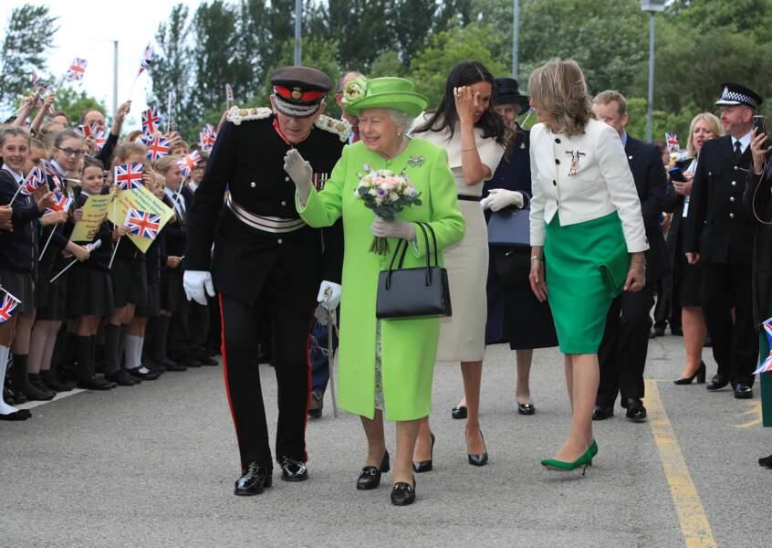 Meghan Markle radieuse en robe Givenchy accompagne la Reine dans le Cheschire